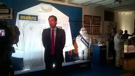 """MAKRO subasta una chaquetilla firmada por """"las estrellas"""" a favor de la Fundación Meniños"""