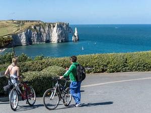 Viajar en bici contemplando el mar.