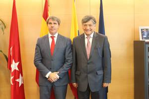 El Consejero de la Presidencia de la Comunidad de Madrid, Ángel Garrido, y el Embajador Miguel Calahorrano