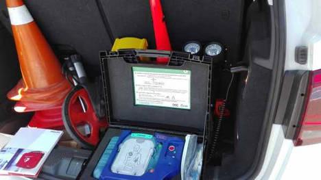 La policía del ayuntamiento de Azkoitia salva la vida a un transeúnte con el desfibrilador del coche patrulla