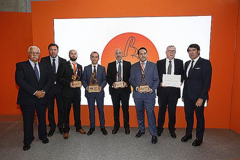 Las autoridades junto a los galardonados con los premios 'Fomenta la bioenergía' y a la 'Innovación', así como el director gerente del Hospital Clínico de Valladolid, que ha recibido un diploma de reconocimiento.