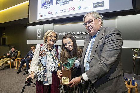 Miriam Fernández, cantante y actriz recibiendo el premio.