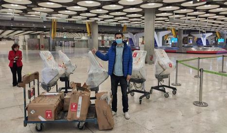 Eduardo Fernández de ShuttleCloud, supervisando respiradores en Barajas.