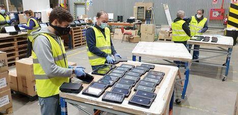 Indra dona 808 tabletas más para reducir la brecha digital educativa, alcanzando una donación total de 9.748 dispositivos durante la pandemia