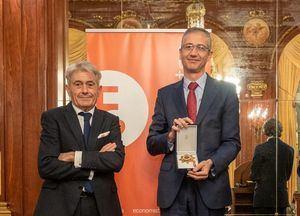 De izqda. a dcha.:  Valentín Pich, presidente del Consejo General de Economistas de España, y  Pablo Hernández de Cos, gobernador del Banco de España.