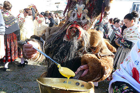 Los demonios rinden homenaje a los santos al aproximarse los días más religiosos del año