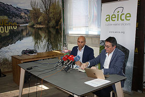 Ricardo Fortuoso (izquierda), presidente de AEICE, con el director general del clúster, Enrique Cobreros, durante la presentación del nuevo plan estratégico.