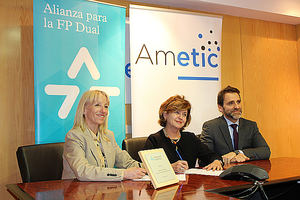 De izqda. a dcha.: Clara Bassols, Fundación Bertelsmann; María Teresa Gómez Condado, directora general de AMETIC; y Juan Carlos Tejeda, representante de la CEOE.