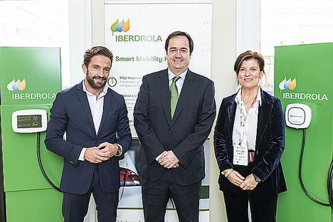 Gerardo Pérez, presidente de Faconauto, Antonio Armengot, delegado comercial de Iberdrola en la Comunidad de Madrid, y Marta Blázquez, vicepresidenta ejecutiva de Faconauto.