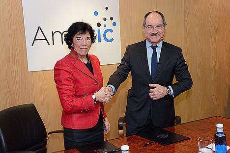 La Ministra de Educación y Formación Profesional, Isabel Celaá, y el presidente de AMETIC, Pedro Mier, durante la firma del protocolo de intenciones en la sede de AMETIC.