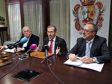 El decano, Francisco Javier Lara, el letrado José Carlos Aguilera y el abogado y profesor de Derecho Penal de la Universidad de Málaga Antonio Caba.