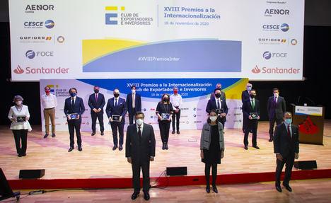 Antonio Bonet y la Ministra de Industria con premiados.