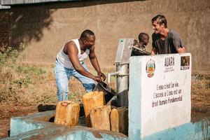 Antonio Espinosa juega con el agua de un pozo construido en el Chad.
