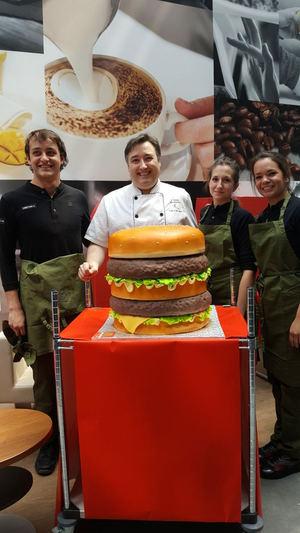 Así se hizo la tarta para el 50 Aniversario de la Big Mac que sorprendió a la dirección de McDonalds