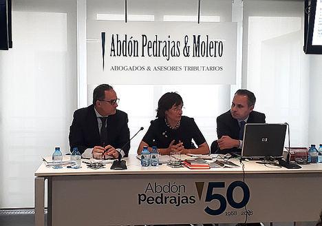 De izqda. a dcha.: Iván López García de la Riva, socio director del área Laboral de Abdón Pedrajas, Lourdes Arastey Sahún, magistrada del TS, y Antonio Pedrajas, socio director del despacho.