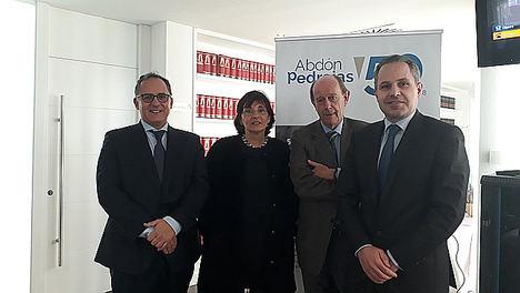 De izqda. a dcha.: Iván López, Lourdes Arastey Sahún, Tomás Sala, director de formación del despacho, y Antonio Pedrajas.