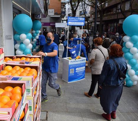 Avanza Fibra regala 4.000 kilos de naranjas y limones de Murcia para la apertura de su tienda en Alcorcón