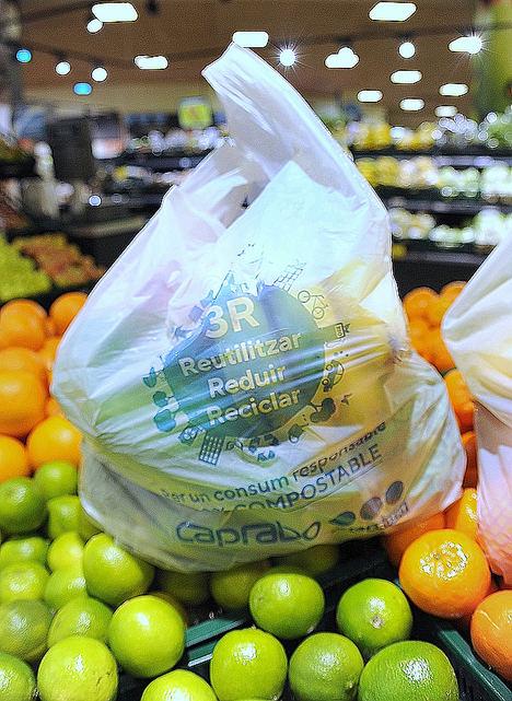 Caprabo estrena bolsas más sostenibles para facilitar la compra responsable