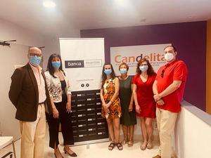 Los responsables de Bankia y la asociación Candelita.