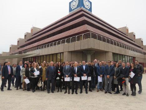 Representantes de las empresas acreedoras del 'Bonus' 2016 posan junto con los diplomas de reconocimiento que les entregó Ibermutuamur.