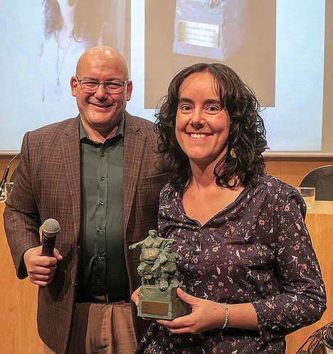 La bloguera Lorena Fernández recibiendo el premio.