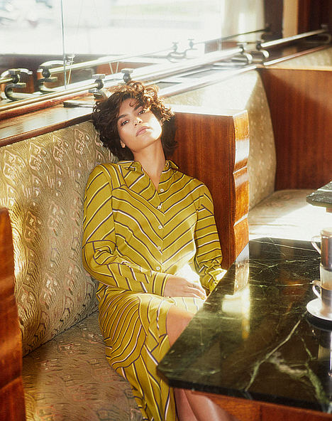 CKS reinventa el vestido camisero al más puro estilo 70's