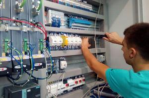 Un estudiante de FP dual hace prácticas en una empresa.
