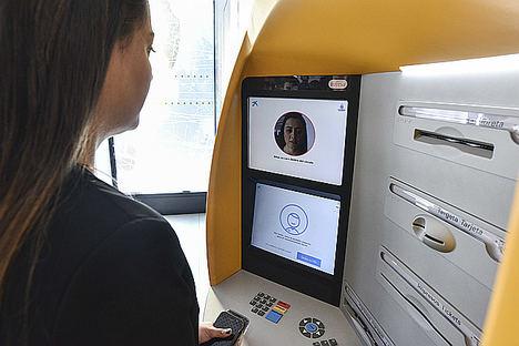 CaixaBank, primer banco del mundo que utiliza el reconocimiento facial en sus cajeros para sacar dinero