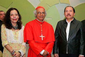 El Cardenal Brenes entre la Vicepresidenta de Nicaragua, Rosario Murillo, y el Presidente, Daniel Ortega. (Foto de archivo)
