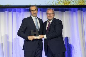 Carlos Calero (izda.) recoge el premio Hostelco Awards.