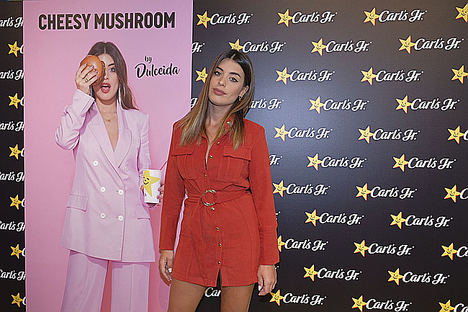Carl's Jr. celebra en Madrid el lanzamiento de su nueva 'Cheesy mushroom burger by Dulceida'