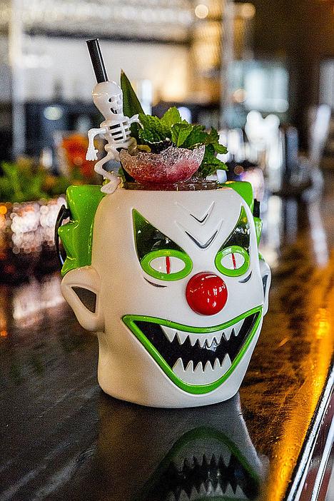 «THE JOKER» La escalofriante locura de sabores llega con este cóctel en Halloween a SASHA BOOM