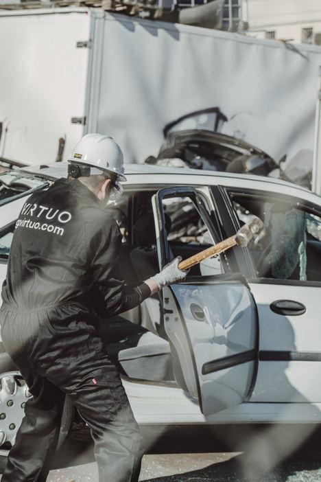 Conductores destruyen con sus propias manos sus vehículos en un desguace