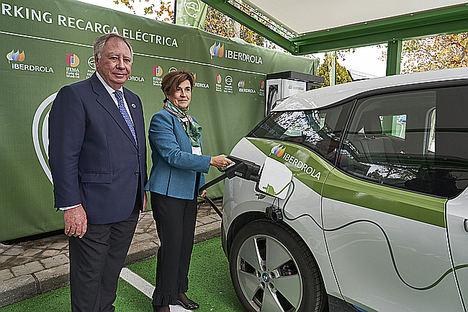 Consejera delegada de Iberdrola España, Ángeles Santamaría y el presidente del Comité Ejecutivo de IFEMA, Clemente González Soler.