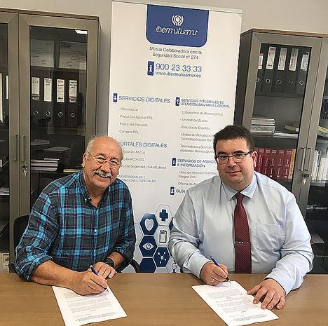 Fernando Villalobos Cabrera, presidente de la Asociación Altruista es Refugi, y Eduardo Zurdo Palacios, director de Ibermutua en Illes Balears.