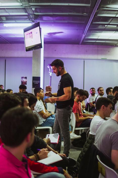 César Rivero en una de sus conferencias.