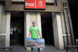 César Vea delante de la sede del PSOE.