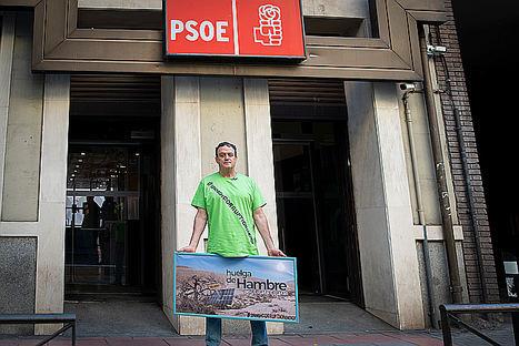 Huelga de hambre del actor César Vea en la sede del PSOE en Madrid