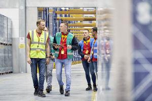 DHL acelera la implantación de robots en la logística de almacén con la estandarización de la plataforma IA Blue Yonder sobre Microsoft Azure