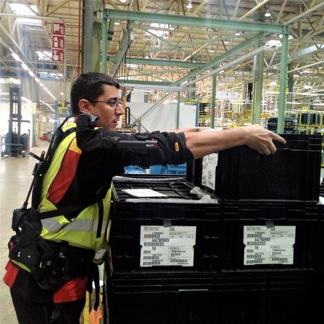 DHL incorpora los primeros exoesqueletos en la fábrica Mercedes-Benz en Vitoria