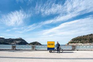 Dachser realiza entregas libres de emisiones con bicicletas eléctricas de carga en el centro urbano de San Sebastián