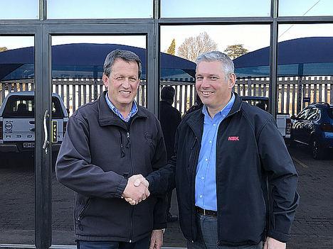 Dave Balocco, Director General de DELBA Electrical con Tim Cains, Director de los Servicios AIP Europeos en NSK Europe.