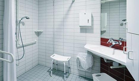 Decobath enumera consejos y normativa para adaptar un baño para discapacitados