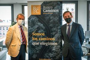 De izda. a dcha.: Álvaro Martínez-Echevarría, director de IEB, y Enrique Serra, CEO de Banco Caminos.