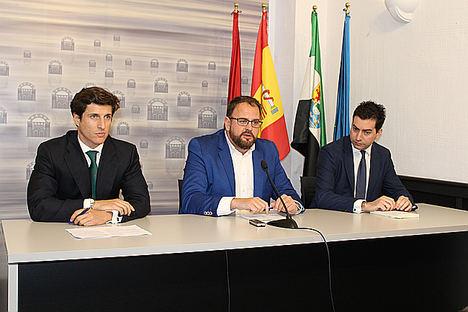 De izda. a dcha.: el responsable de Desarrollo OPDEnergy, Alejandro Álvarez; el alcalde de Mérida, Antonio Rodríguez; y el CEO de la compañía, Luis Cid.