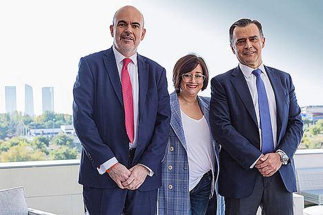 De izqda. a dcha.: César Mejías, Paloma Llaneza y Santiago Gómez Sancha.