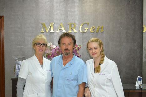 De izqda. a dcha.: La doctora Carmen Mendoza, el doctor Jan Tesarik, y la doctora Raquel Mendoza-Tesarik.