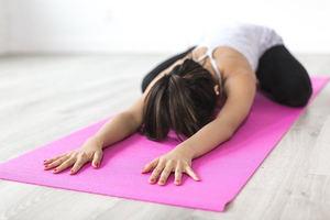 Cinco ejercicios de yoga para hacer en casa y fortalecer el suelo pélvico