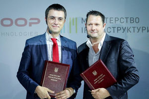 Dirk Ahlborn, CEO Hyperloop Transportation Technologies, y Volodymyr Omelyan, Ministro de Infraestructuras de Ukrania.