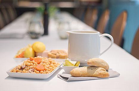 Regresa al hotel Indigo Madrid Gran Vía el plan gastronómico más esperado del invierno: ¡domingos de cocido y siesta!
